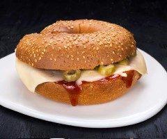 בייגל טוסט גבינה צהובה, רוטב עגבניות וזיתים.